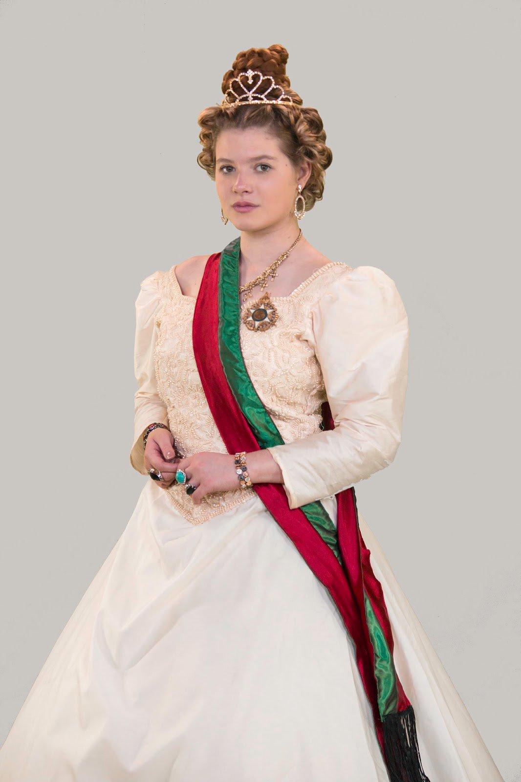 Julia Simoura como a Rainha de Portugal