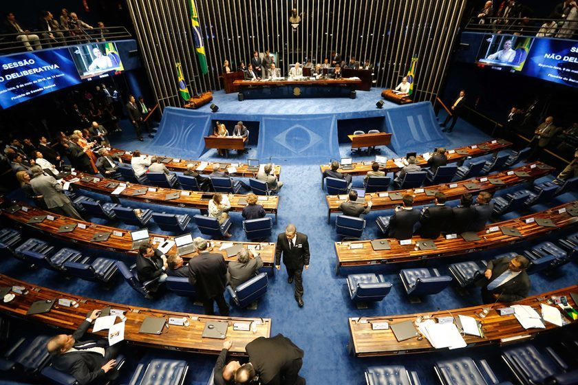 Senado aprova voto distrital misto para eleições a partir de 2020