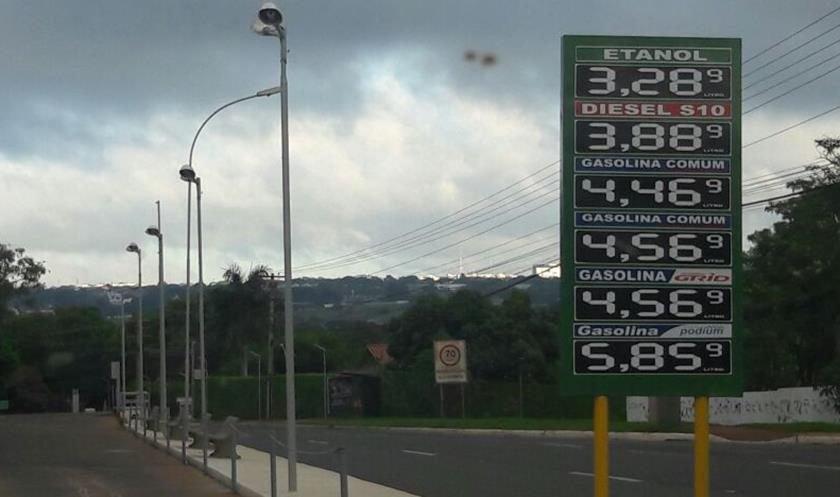 Após gasolina atingir recorde, Petrobras sobe preço mais uma vez