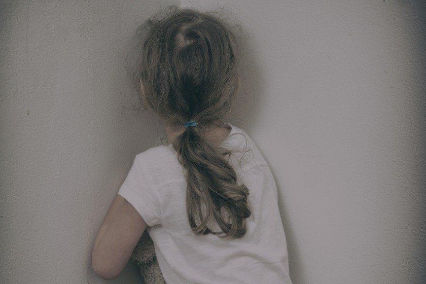 Menina de 6 anos é internada com suspeita de consumir álcool e drogas