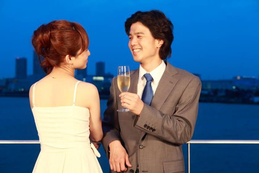 noivos casal brindando japonês