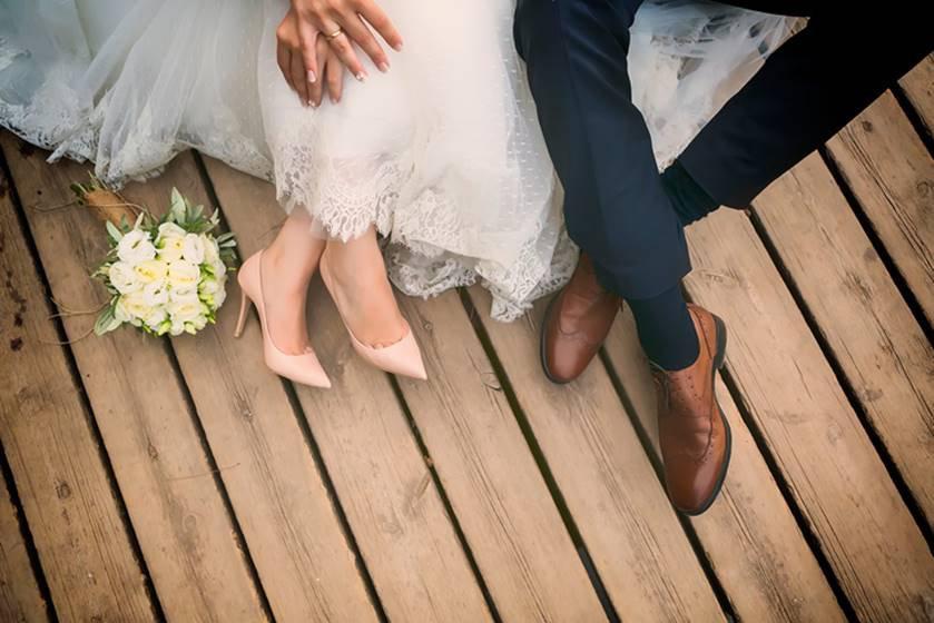 noivos pés cerimonia