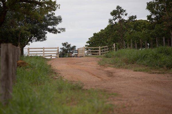 asfalto na fazenda de Liliane Roriz