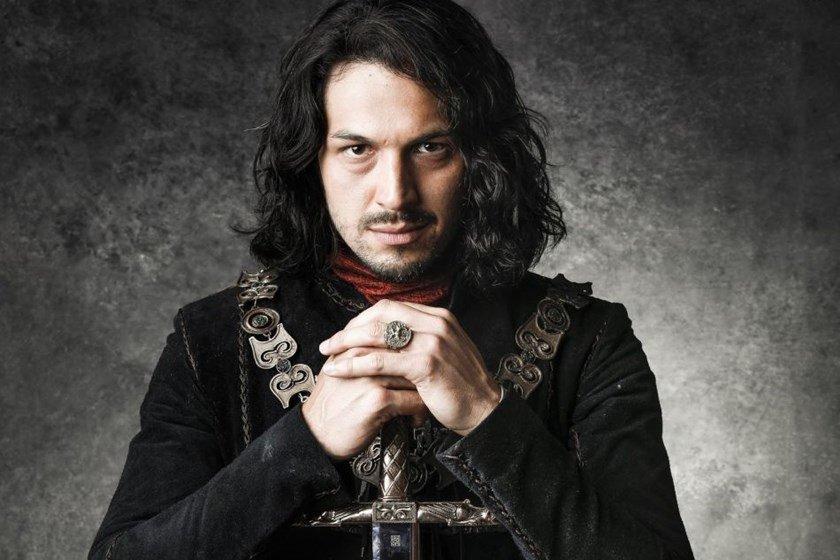 Protagonista de novela da Globo sofre acidente com espada durante gravações
