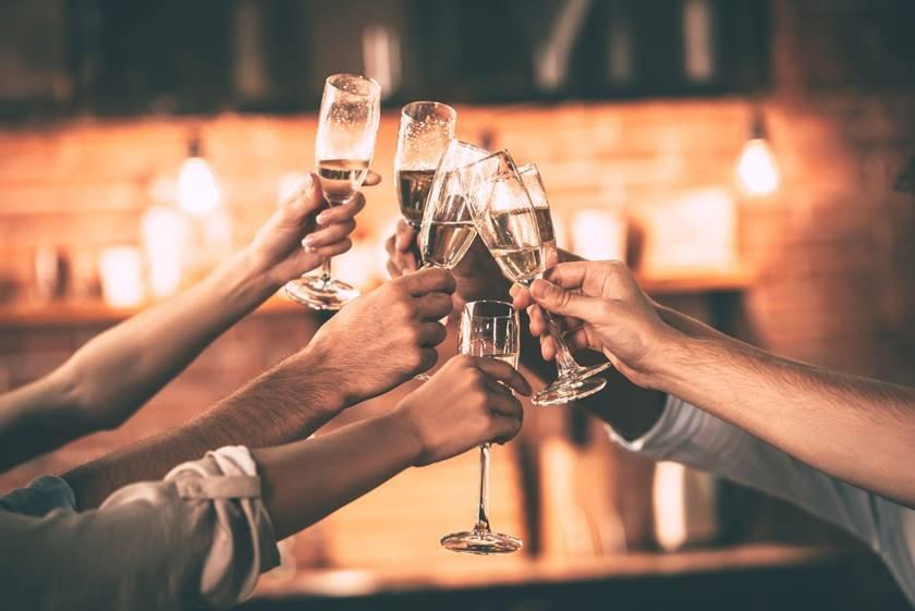 pessoas brindando espumante champanhe fim de ano reveillon