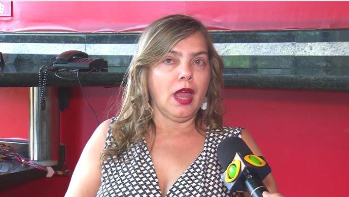 Procuradora se irrita e tira microfone de repórter durante entrevista