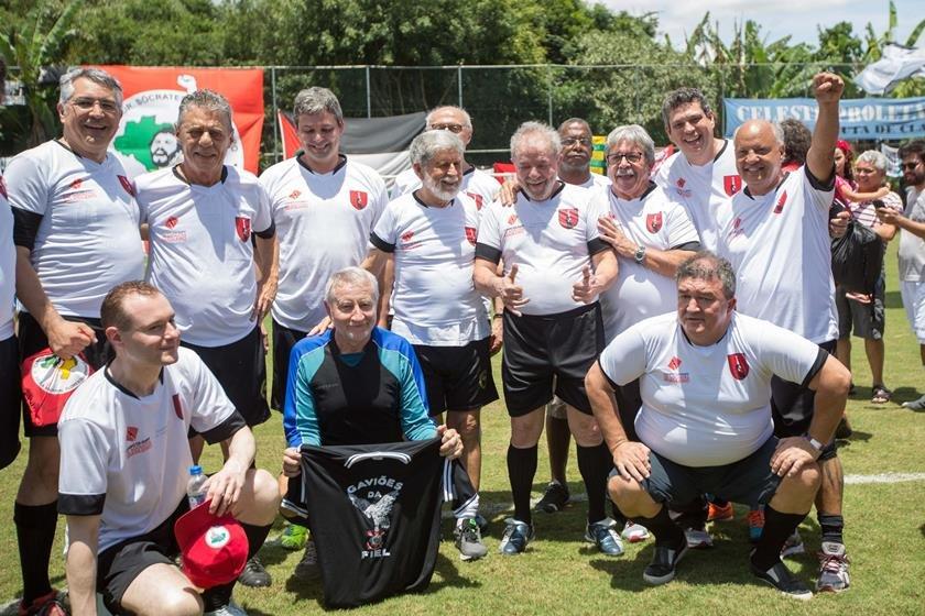 Ao lado de Chico Buarque, Lula participa de jogo do MST