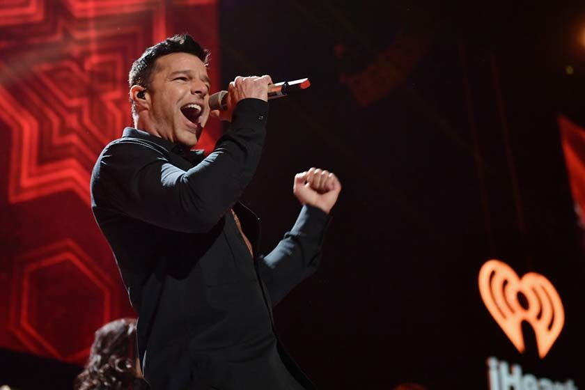 Ousado, Ricky Martin mostra-se completamente nu em quarto de hotel