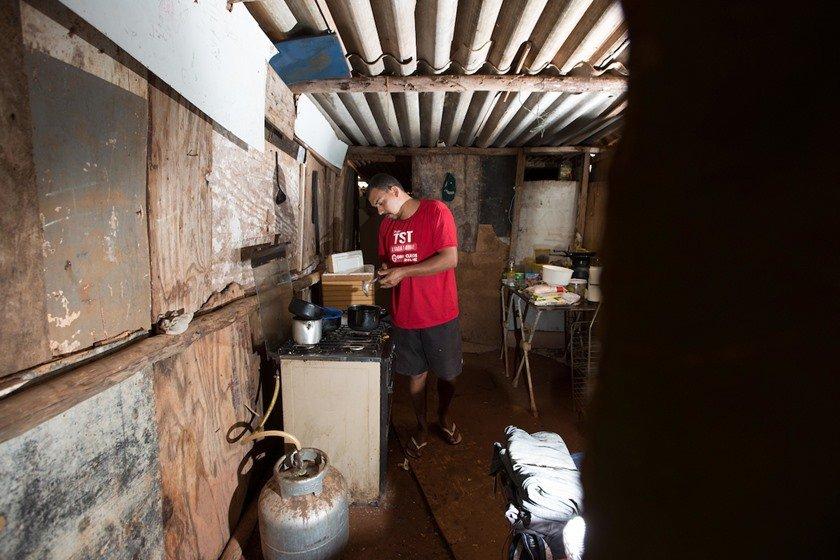 Gás de cozinha com preço elevado força uso de fogões improvisados