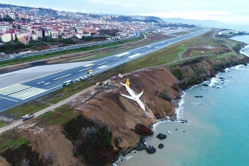 Avião com 168 pessoas derrapa e cai em barranco à beira mar