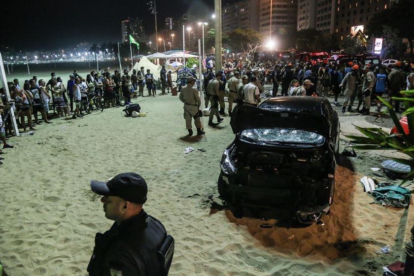 Motorista atropela pedestres na Praia de Copacabana