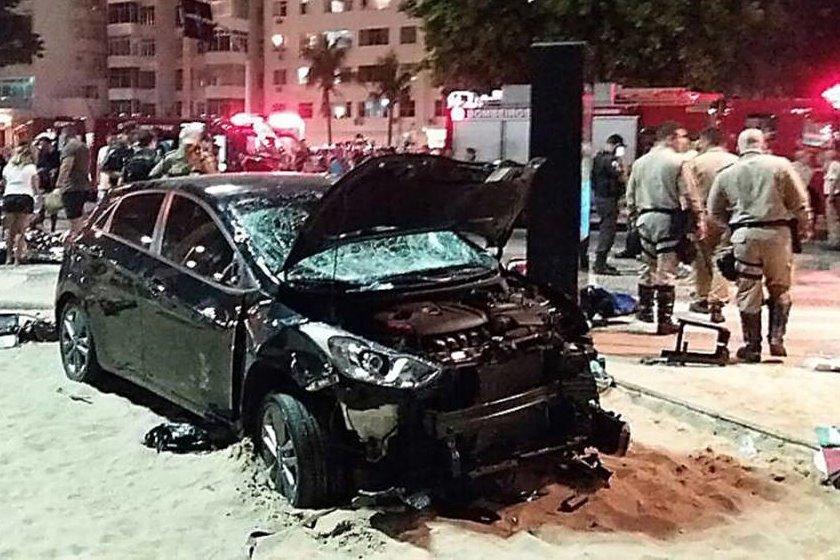 Carro invade calçadão e praia de Copacabana e atropela várias pessoas