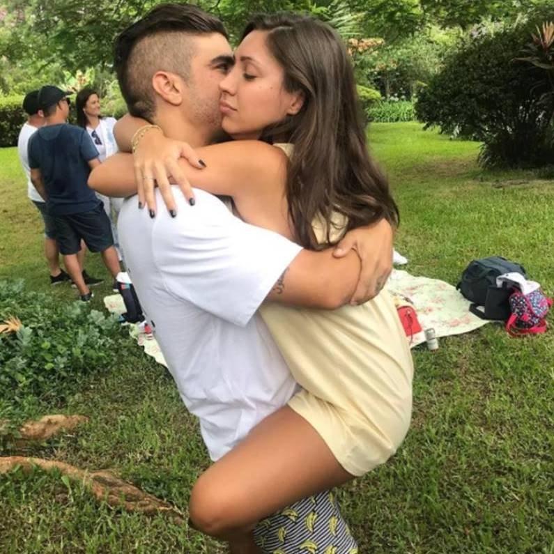 Caio Castro posa com a nova namorada e rebate crítica