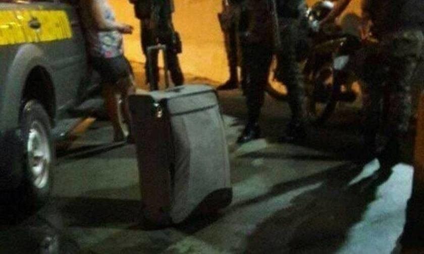 Mulher é flagrada transportando corpo do marido em mala