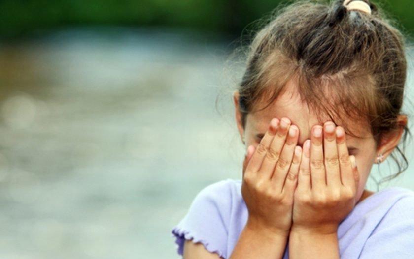 Em vídeo, menina implora para mãe não abandoná-la