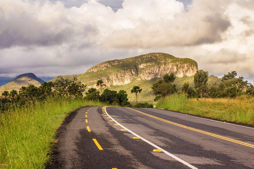 Rodovia GO 239, em Goiás, na região da Chapada dos Veadeiros. Morro da Baleia ao fundo