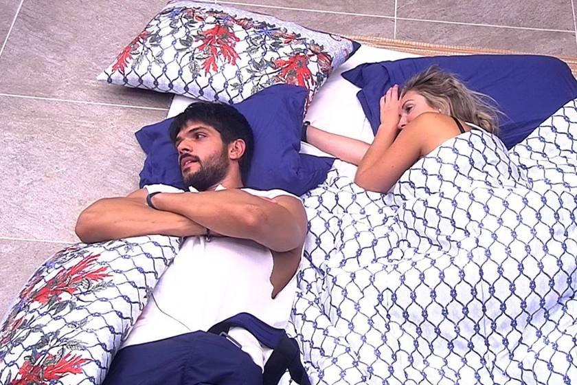 Jelu dormem juntos após festa Femineja red