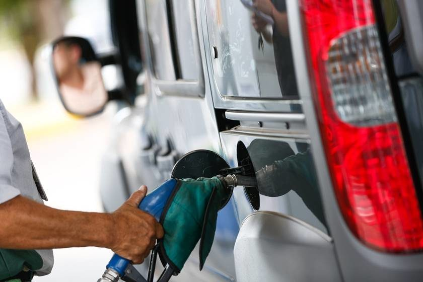 Preço da gasolina registra primeira queda depois de 14 semanas