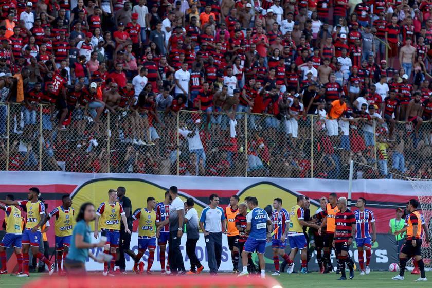 Clássico Bahia x Vitória termina após pancadaria e nove expulsões. 5 FOTOS. bahia  vitória barradão campeonato baiano 2018 expulsões ede78d88d2d5c
