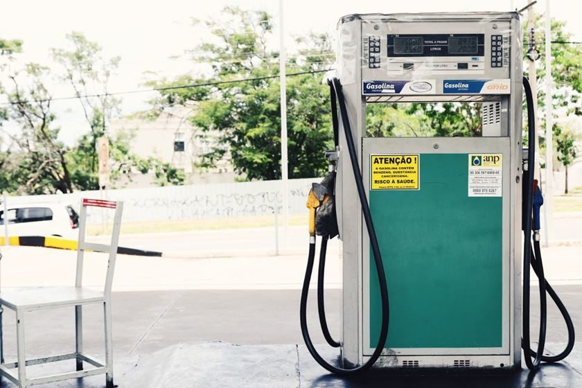 Preço do golpe: gasolina chega a 5 reais no Rio