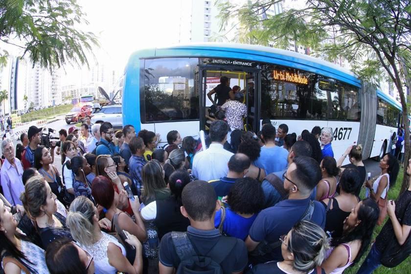 Passageiros do Metrô fazem fila para entrar no ônibus