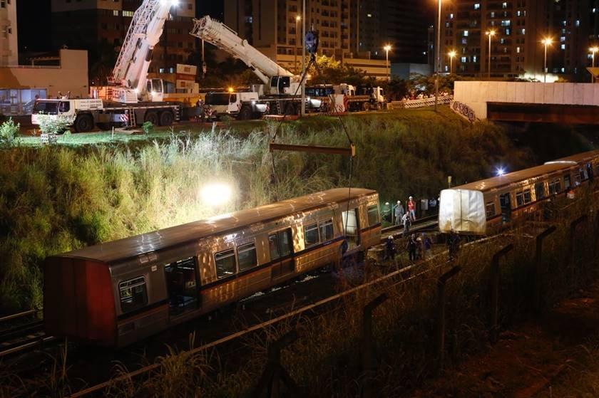 metro trem descarrilado é içado
