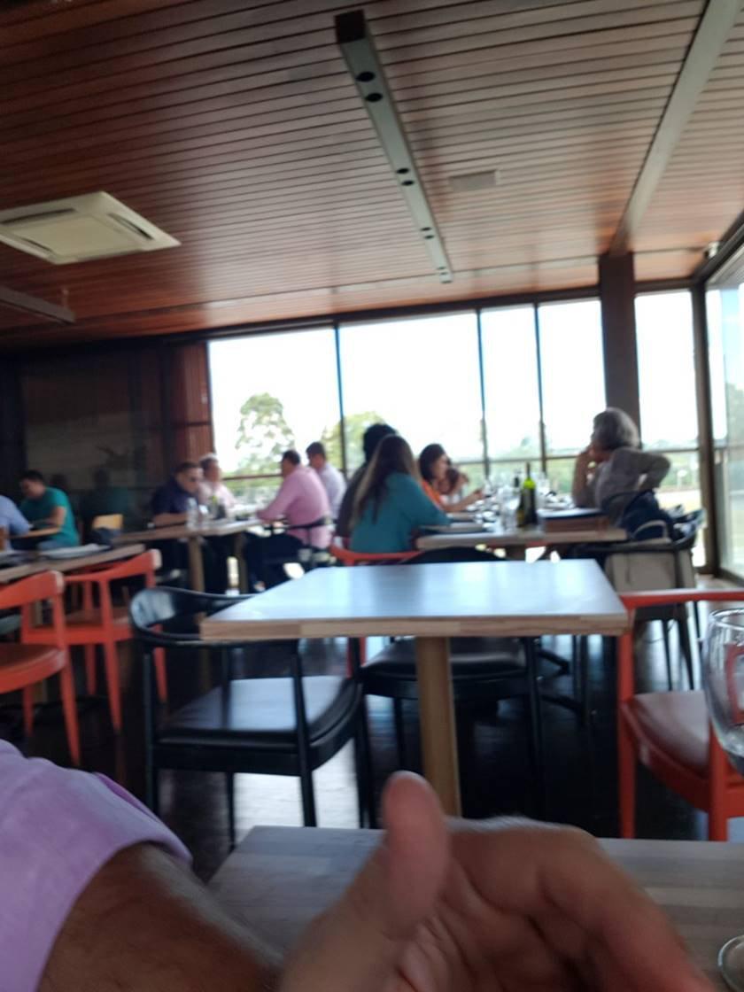 renata em restaurante 2