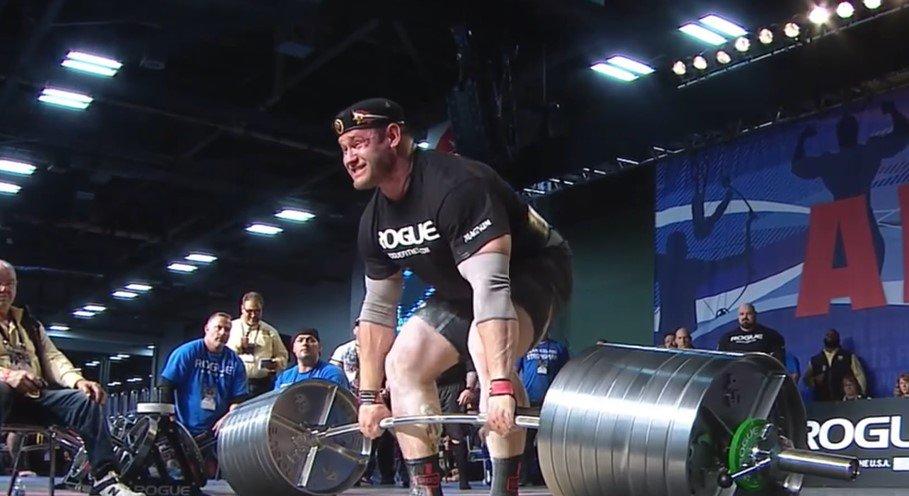 Vídeo. Atleta faz força ao levantar peso e jorra sangue pelo nariz