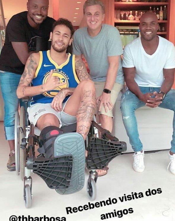 Em recuperação de cirurgia, Neymar recebe Luciano Huck e Thiaguinho
