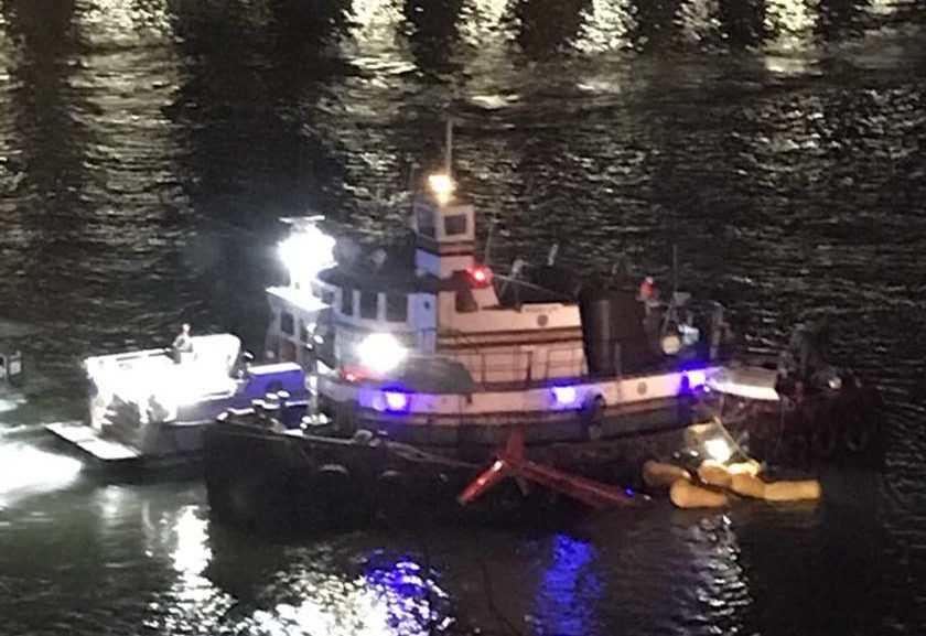 Helicóptero despenha-se e cai em rio de Nova Iorque