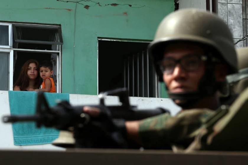 Operação das forças de segurança remove barricadas e cumpre mandados de prisão
