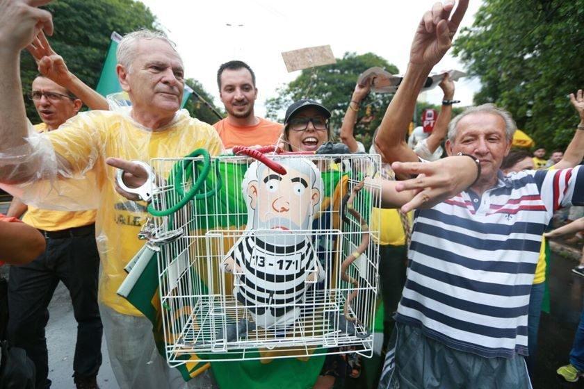 Em despacho, Moro proíbe utilização de algemas em Lula