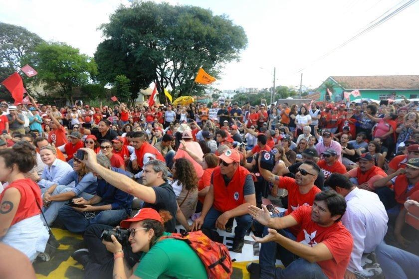 Sem alarde, filhos de Lula visitam o ex-presidente na prisão
