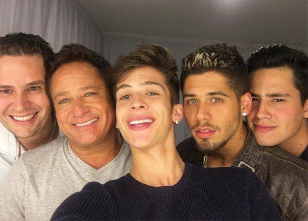 Cantor Leonardo posa com os quatro filhos e fãs piram: