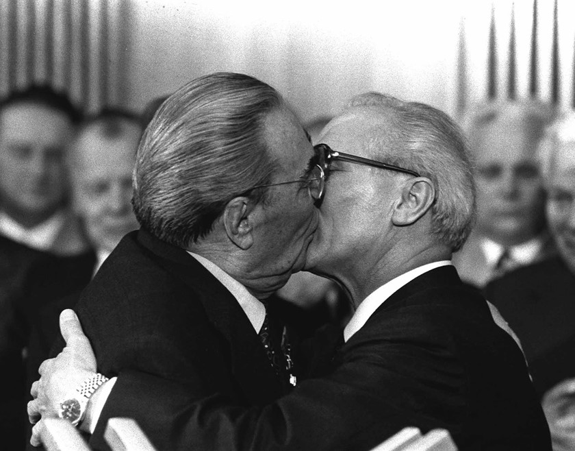 socialist_kiss_brezhnev_honecker_1979