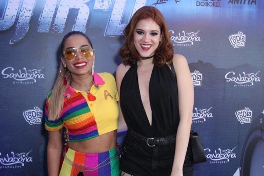 Anitta dá carona para Ana Clara e é tietada por Caetano Veloso
