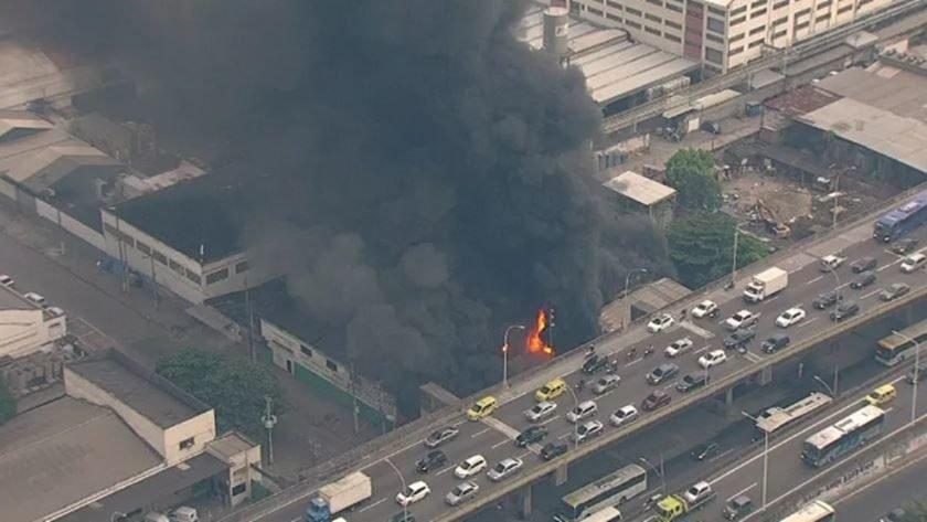 Rio: bombeiros controlam incêndio em barracão de escolas de samba