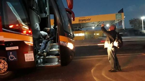 PM e bandidos morrem durante assalto a ônibus que vinha para Brasília