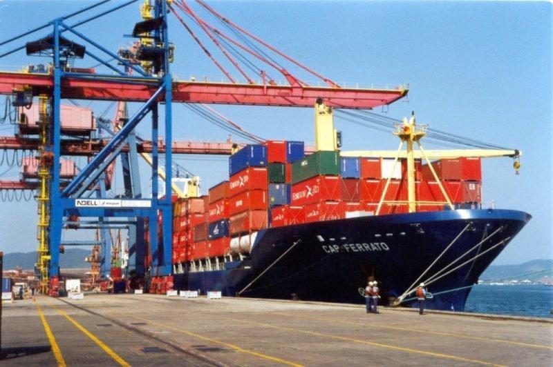 Navio com contêineres no Porto de Santos