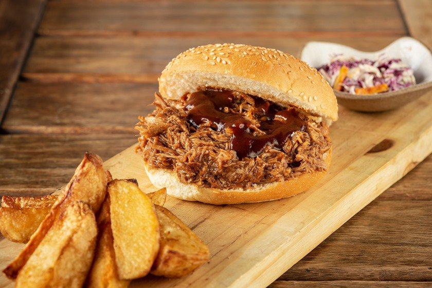 NOSSA COZINHA BISTRÔ - Pulled pork BBQ sandwich -Crédito Telmo Ximenes reduzida
