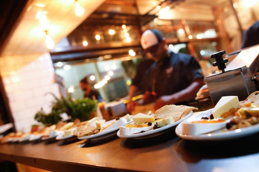 """""""noites de idiomas"""" Pessoas possam comer uma refeição e pratic"""