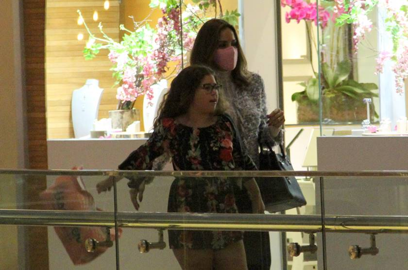 710200_ana_furtado_de_mascara_rosa_com_a_filha_no_shopping_village_mall_barra_da_tijuca_exclusivo_g