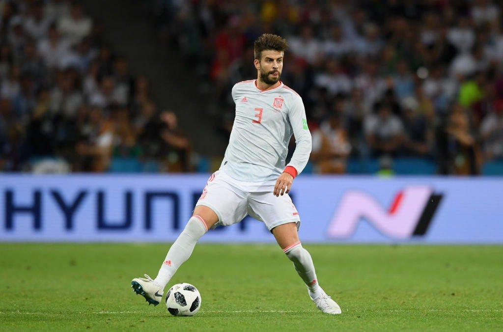 """Piqué atinge 100 jogos pela Espanha e recebe homenagem  """"uma família"""" 898dada29a6bc"""
