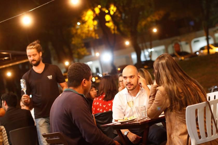 """""""noites de idiomas"""" Pessoas possam comer uma refeição e praticar algum idioma"""