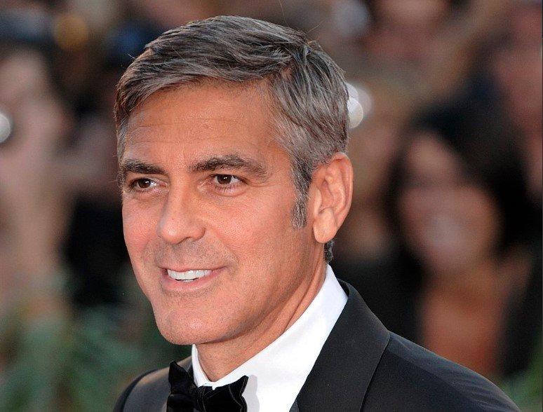George Clooney sofre acidente de moto na Itália e é