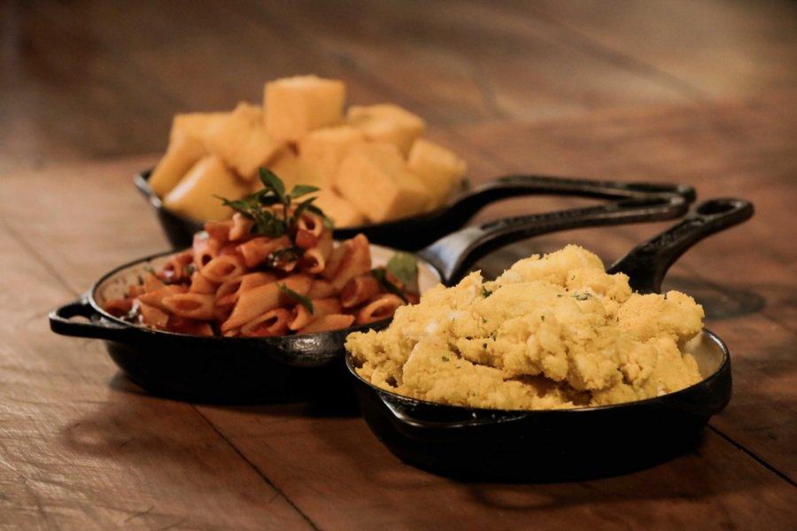 Guarnições - Farofa, penne ao funghi e polenta frita