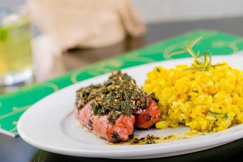 - Linguiça de pernil grelhada com molho Chimichurri e arroz milanês - crédito foto Felipe Menezes