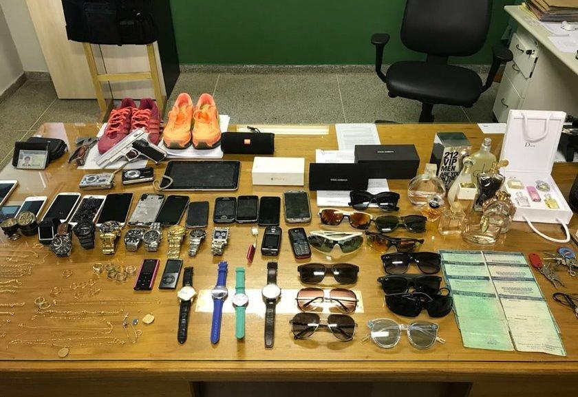 e70ece5e512 Deu mole  porteiro foi denunciado após postar foto de óculos furtado