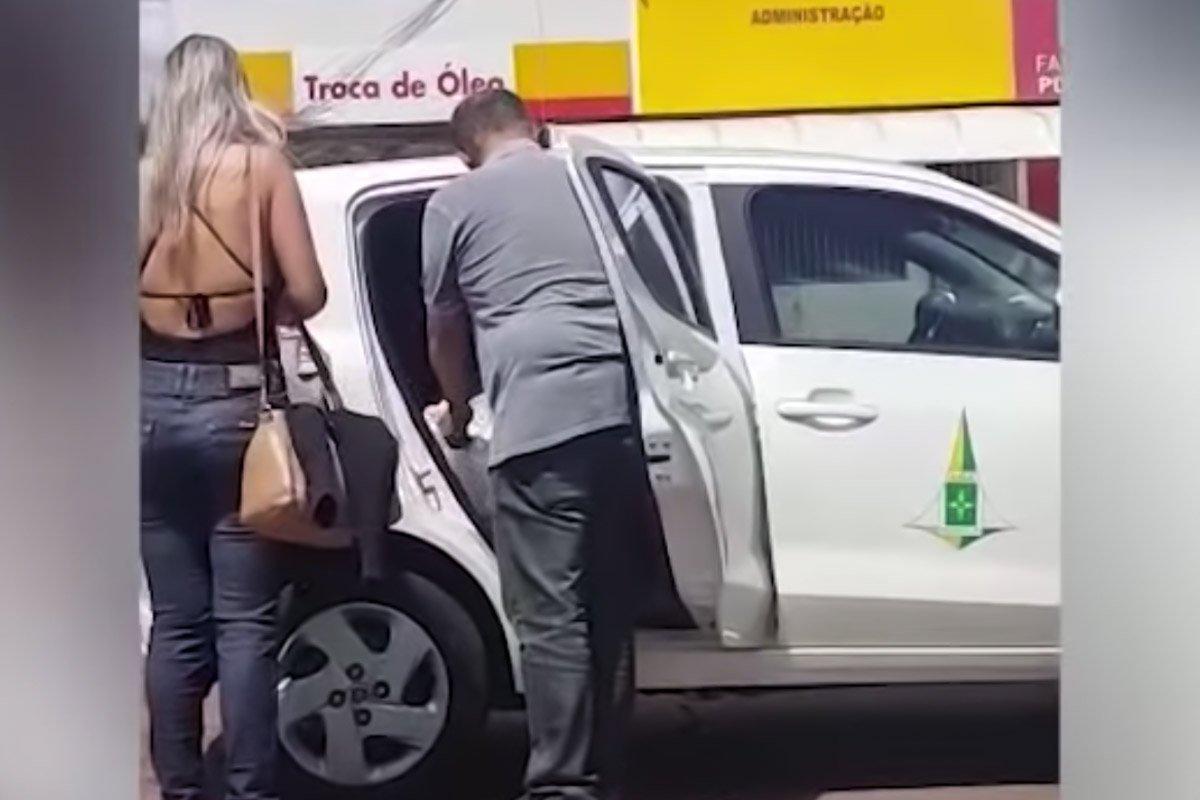 funcionario gdf entrega panfleto fraga