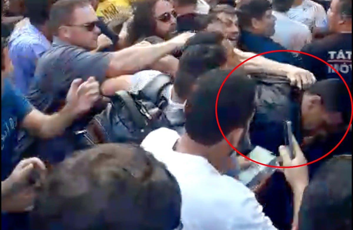agressor de Bolsonaro apanha